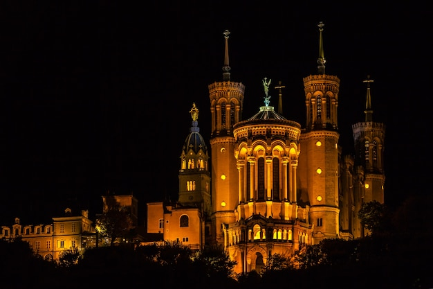 夜のフランス、リヨンのノートルダム大聖堂 Premium写真