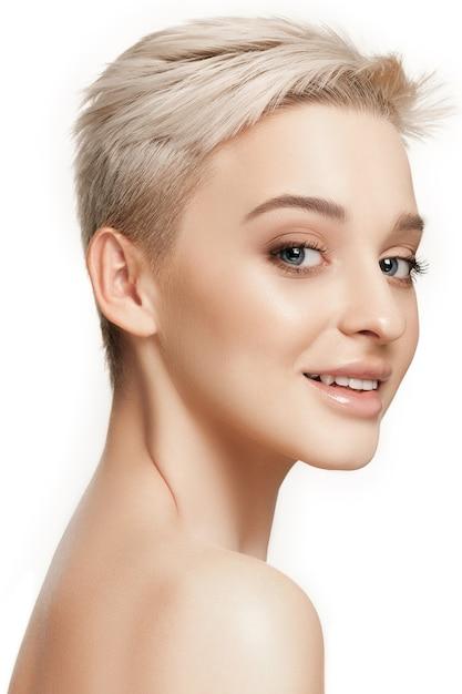 Красивое женское лицо. идеальная и чистая кожа лица на белом. Бесплатные Фотографии