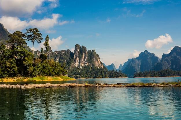 Красивое озеро на плотине чеоу лан дам ратчапрафа, национальный парк као сок, таиланд Premium Фотографии