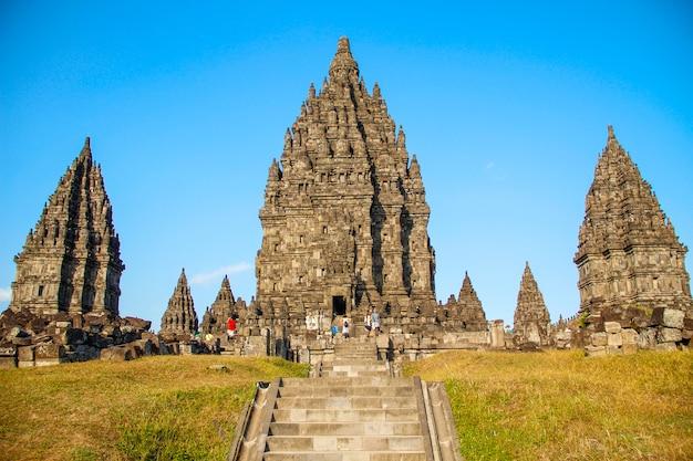 Красивые прамбанские храмы. индонезия Premium Фотографии
