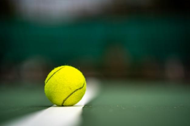 챔피언의 시작, 법원 배경에 테니스 공을 닫습니다. 프리미엄 사진