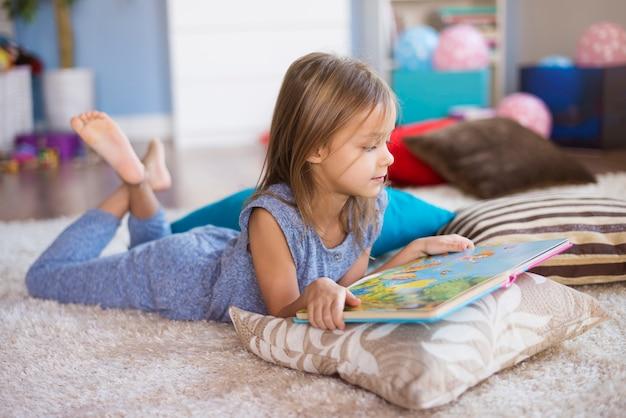 책을 읽기에 가장 좋은 위치 무료 사진