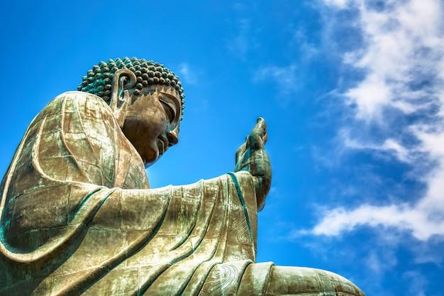 Большой tian tan будда на монастыре po lin в гонконге во время дня лета солнечного. Premium Фотографии