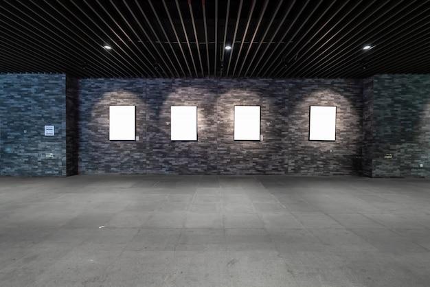 빈 빌보드는 지하도에 있습니다 프리미엄 사진