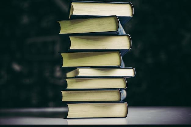 Книги складываются в стопку книг на столе. Бесплатные Фотографии