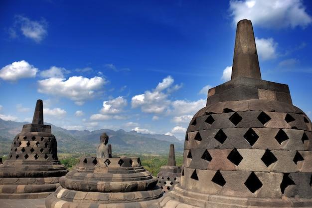 Висок borobudur буддийский, большая религиозная архитектура в magelang, центральной ява, индонезии. Premium Фотографии