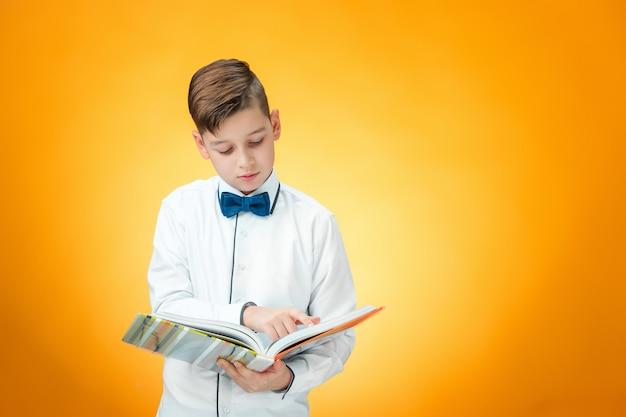 Мальчик с книгой Бесплатные Фотографии