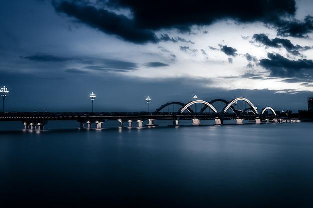 Мост с городом Premium Фотографии