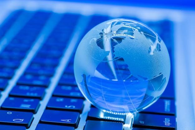 Бизнес-концепция стеклянного мира на ноутбуке Бесплатные Фотографии