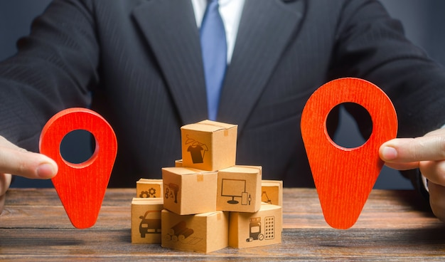 ビジネスマンは、商品の供給と配送のルートのポイントを示します。分布 Premium写真