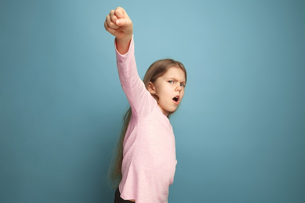 Призыв к борьбе. девушка на синем. выражения лица и концепция эмоций людей Бесплатные Фотографии