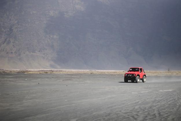 車はブロモテンガースメル国立公園の砂漠を横断します Premium写真