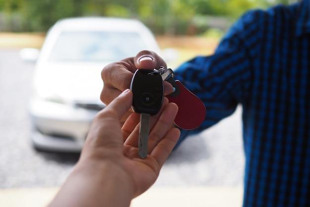 車の所有者は車の鍵をテナントに送ります Premium写真