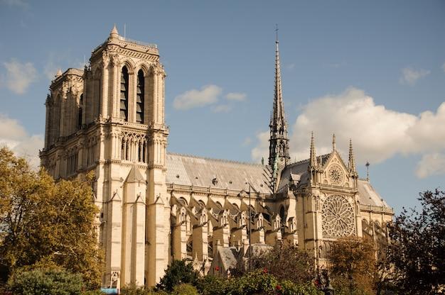 Собор парижской богоматери. собор парижской богоматери - знаменитый средневековый католический собор Premium Фотографии