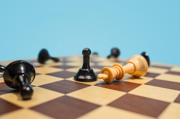 Шахматная доска и игровая концепция бизнес-идей и конкуренции. Бесплатные Фотографии