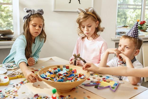 子供と誕生日の飾り。 無料写真