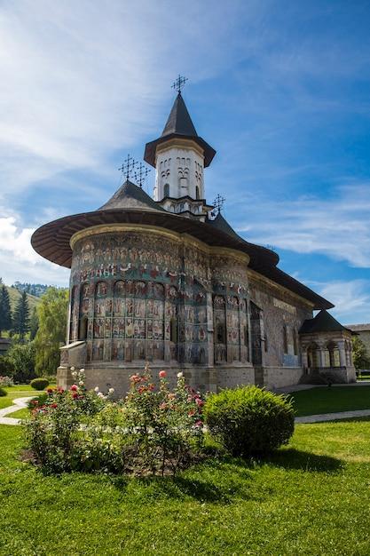 ルーマニアのブコヴィナにあるスチェヴィツァ修道院の教会 無料写真