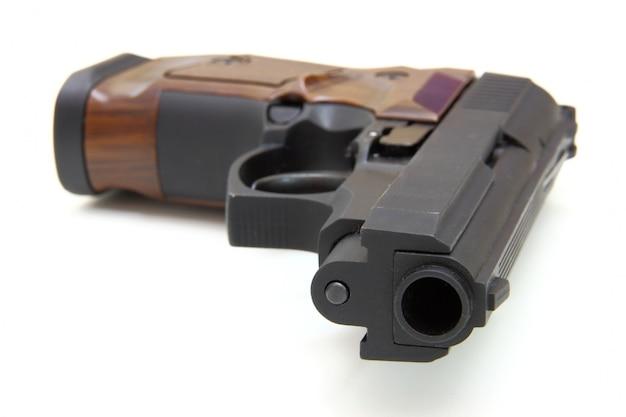 Конец вверх пистолета цель и патроны изолированы на пустом пространстве Premium Фотографии