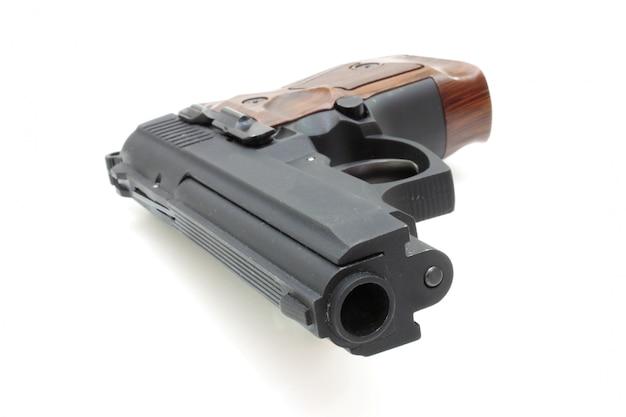 Крупный план пистолета цель и патроны изолированы Premium Фотографии