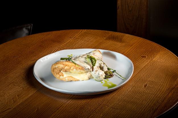 セットテーブルの上の典型的なトルティーヤデパタタス、スペインのオムレツとプレートのクローズアップ 無料写真