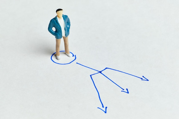 職業を選択し、さまざまな方向に矢印を付けるという概念。 Premium写真