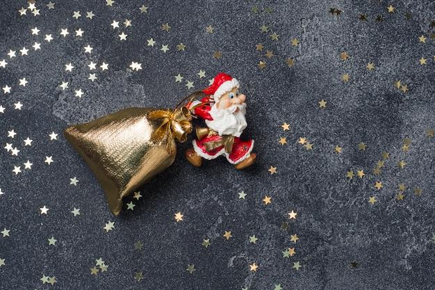 Концепция рождественской ночи. санта тащит мешок с подарками темный звездный фон. копировать пространство Premium Фотографии
