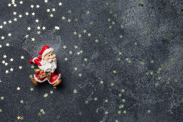 Концепция рождественской ночи. санта на темной звезде. copyspace Premium Фотографии