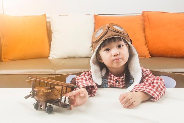 Концепция мечты и путешествия. ребенок играет роль пилота и мечтает полететь в космос. Бесплатные Фотографии