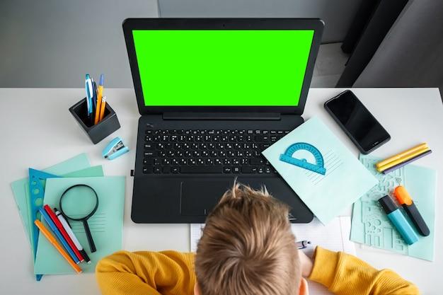 オンライン学習、自宅での遠隔学習、テクノロジー、学校のコンセプト。 Premium写真