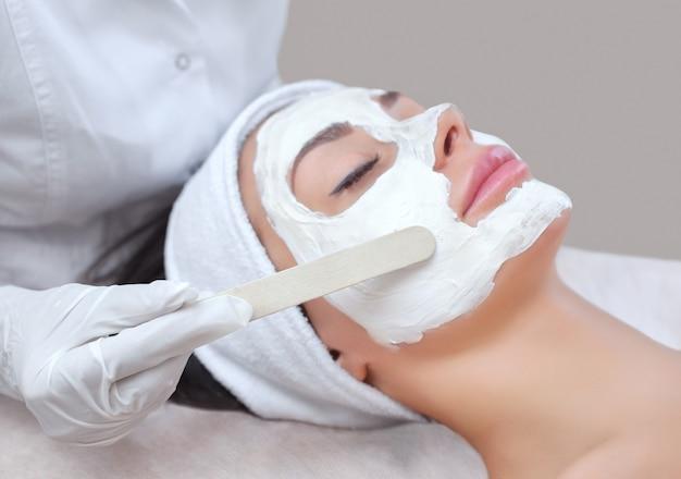 Косметолог на процедуру очищения и увлажнения кожи Premium Фотографии