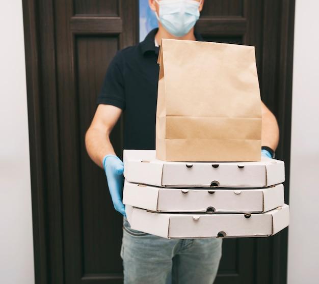 Курьер доставляет еду из ресторана на дом Premium Фотографии