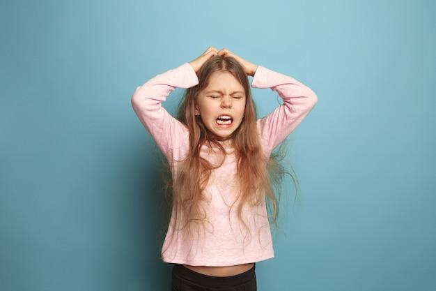 Крик. девушка на синем. выражения лица и концепция эмоций людей Бесплатные Фотографии