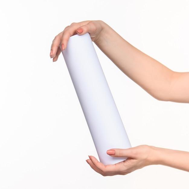 白い背景の上の女性のシリンダー手 無料写真