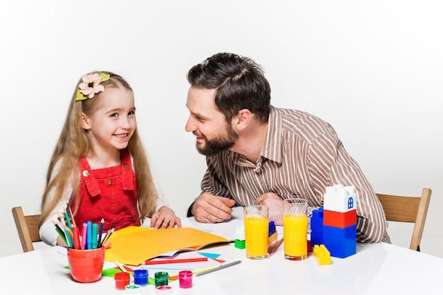一緒に描いている娘と父親 無料写真