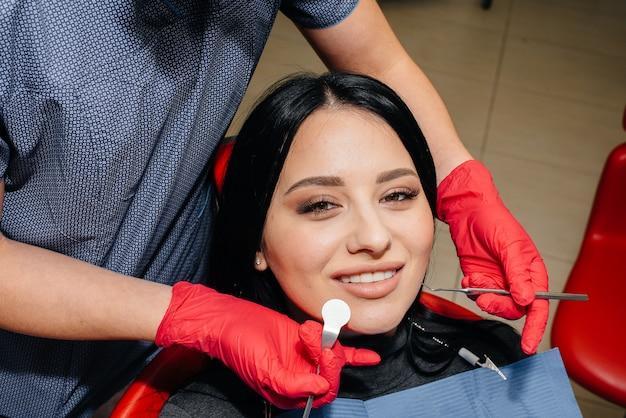 Стоматолог лечит пациенту зубы девушки. стоматология. закройте вверх. Premium Фотографии