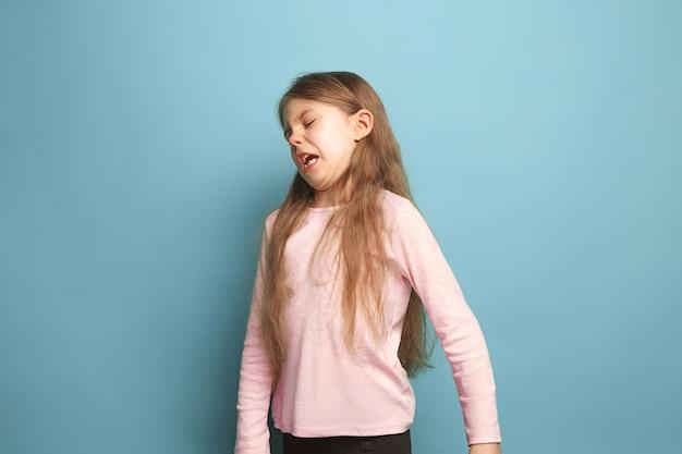 嫌悪感。青の十代の少女。顔の表情と人の感情の概念 無料写真