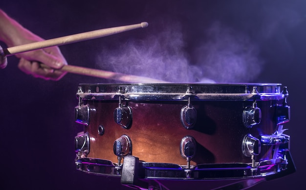 Барабанщик играет на барабанах Бесплатные Фотографии