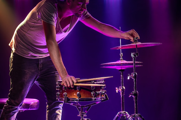 ドラマーはドラムを演奏します 無料写真