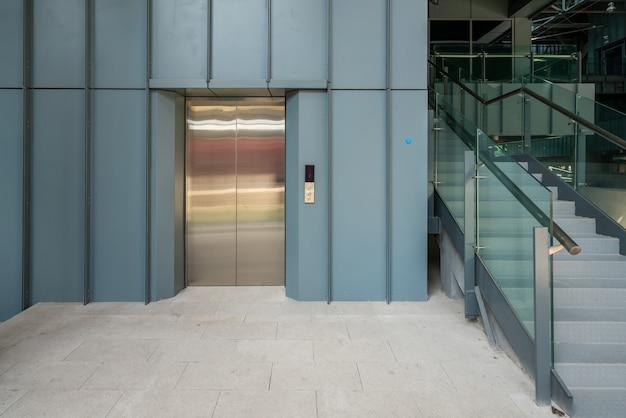 엘리베이터 입구는 공장 창고에 있습니다. 프리미엄 사진