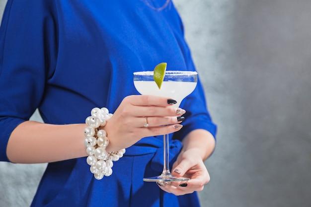 Экзотический коктейль и женские руки Бесплатные Фотографии
