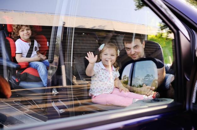 家族はミニバンで旅行に行きます Premium写真
