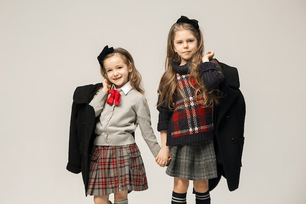 ドレスの若い美しい10代の女の子のファッションの肖像画。美しさ、ファッション、輝き、メイクアップ、そして輝くコンセプト。白人モデル 無料写真