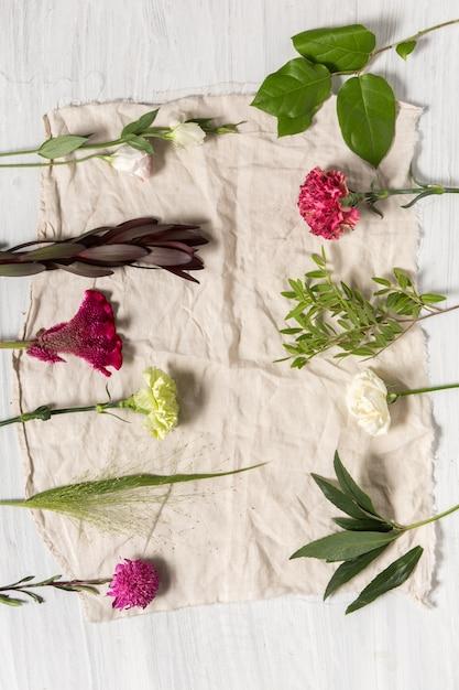 白い木製の背景の花 無料写真