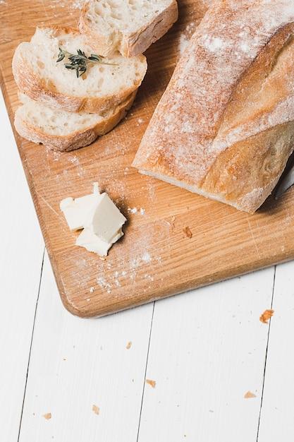 Свежий хлеб на белом столе Бесплатные Фотографии