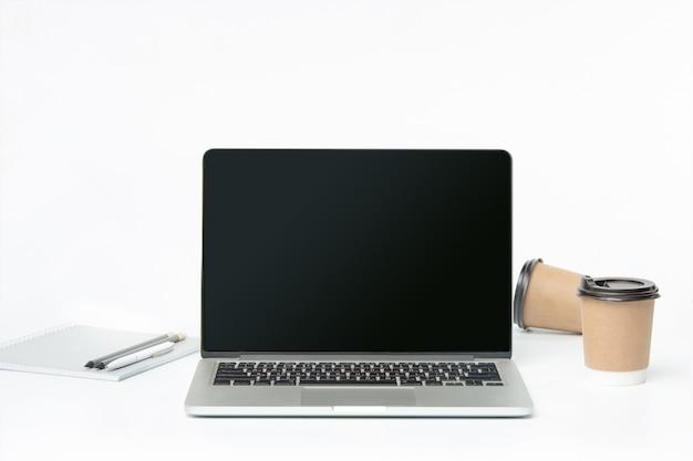 노트북과 커피 한잔의 전면 모습. 영감과 모형 개념 무료 사진