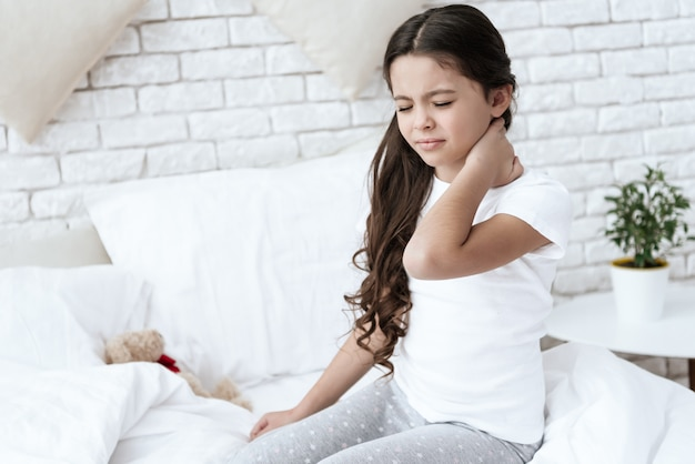 У девочки болит шея в домашних условиях. Premium Фотографии