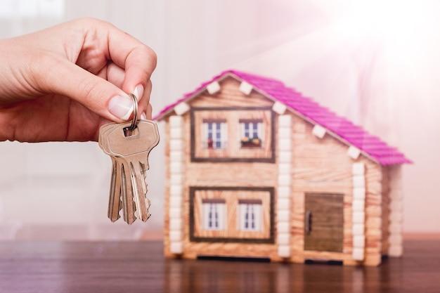 新しい家で鍵を握る少女 Premium写真