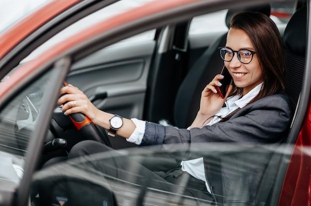 電話で話している車の中で女の子 Premium写真