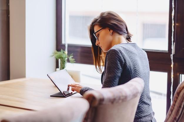 Фото девушки на работе за столом работа девушке 18 лет спб