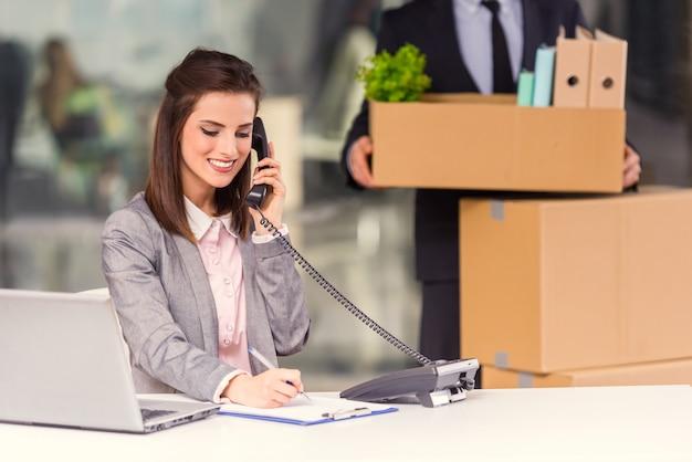 Девушка говорит по телефону на работе влюбилась в парня на работе а у него есть девушка
